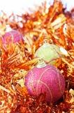 Três baubles do Natal com ouropel alaranjado Fotografia de Stock