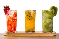 Três bebidas feitas com fruto de paixão, morango e quivi Caipir Fotos de Stock Royalty Free