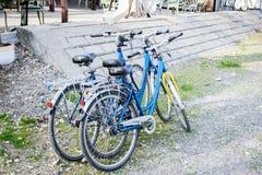 Três bicicletas ao lado do restaurante Imagem de Stock Royalty Free