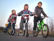 Três bicicletas do passeio dos irmãos Imagens de Stock