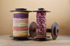 Três bobinas de madeira diferentes Foto de Stock