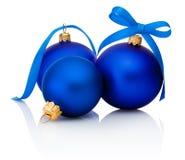 Três bolas azuis do Natal com a curva da fita isolada no branco Fotografia de Stock