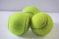 Três bolas de tênis amarelas brilhantes peludos imagem de stock