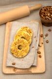 Três bolos caseiros com amendoins esmagados Fotografia de Stock Royalty Free