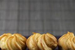 Três bolos em um fundo de bambu Imagens de Stock