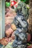 Três bonecas do macaco são moldadas usando as orelhas do fim da ação da mão, olhos Foto de Stock