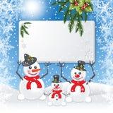Três bonecos de neve mantêm a placa branca Fotografia de Stock Royalty Free