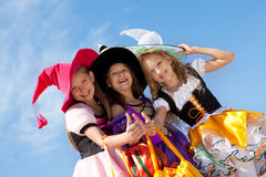 Três bruxas bonitos com polegares acima Foto de Stock