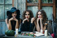 Três bruxas na tabela imagem de stock