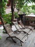 Três cadeiras de madeira no canto de descanso fotografia de stock