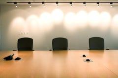 Três cadeiras no escritório do quarto de reunião corporativa. Fotos de Stock Royalty Free