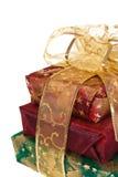 Três caixas de presente envolvidas com fita e curva do ouro Fotos de Stock