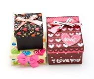 Três caixas de presente hand-made no branco Fotos de Stock Royalty Free
