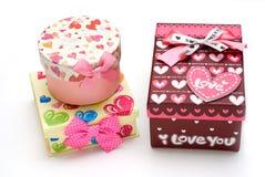 Três caixas de presente hand-made no fundo branco Imagens de Stock Royalty Free