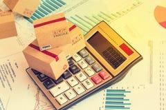 Três caixas pequenas em uma calculadora Uma ideia do planeamento de mercado foto de stock