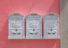 Três caixas postais na parede cor-de-rosa Cascais, Portugal imagem de stock royalty free