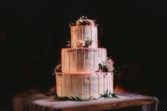 Três camadas grandes elegantes bonitas de bolo de casamento branco