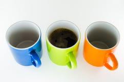 Três canecas retas com caneca de café no centro. Fotografia de Stock
