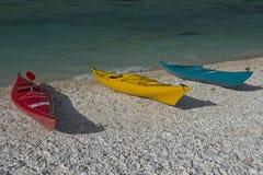 Três canoas na praia Fotos de Stock