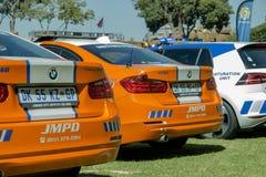 Três - carros de polícia africanos - angulares traseiros sul à vista lateral Fotos de Stock