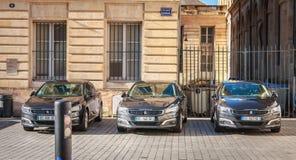 Três carros oficiais são estacionados em um dia de inverno fotografia de stock royalty free