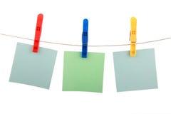 Três cartões da cor penduram no clothespin Fotos de Stock