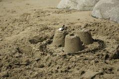 Três castelos de areia simples Fotografia de Stock