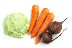 Três cenouras frescas grandes, o repolho e beterrabas foto de stock royalty free