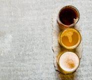 Três cervejas no suporte de pedra Espaço livre para o texto Imagens de Stock