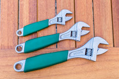 Três chaves ajustáveis na fileira na tabela Fotografia de Stock