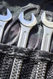 Três chaves para o reparo do carro, em um fundo escuro da tela foto de stock royalty free