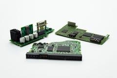 Três circuitos integrados com microprocessadores, os capacitores e os conectores visíveis foto de stock