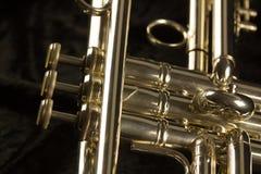 Três close up das válvulas e dos botões do dedo de glden a trombeta imagem de stock