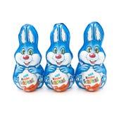 Três coelhos mais amáveis envolvidos folha do ovo Fotos de Stock