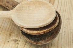 Três colheres de madeira em uma superfície de madeira Fotos de Stock Royalty Free