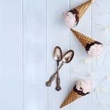 Três cones de gelado deliciosos de morango Fotos de Stock