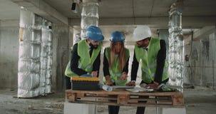 Três coordenadores peritos que analisam o projeto imobiliário da construção video estoque