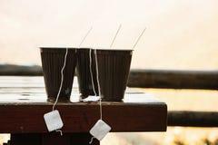 Três copos de chá quentes dentro fora, caminhando o tema Imagens de Stock Royalty Free