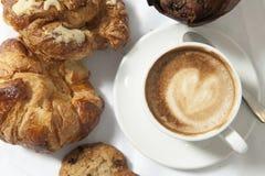 Três copos do coffe e dos croissants Foto de Stock