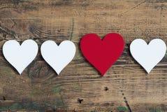 Três coração brancos e um vermelhos Fotos de Stock Royalty Free