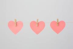 notas Coração-dadas forma com Clothespins Fotografia de Stock Royalty Free