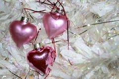 Três corações cor-de-rosa e festão branca fotos de stock royalty free