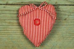 Três corações diferentes em um fundo de madeira Fotos de Stock