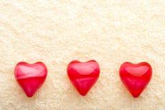 Três corações do petróleo na toalha Foto de Stock
