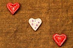 Três corações em um dia marrom do ` s do Valentim do St do fundo Imagens de Stock