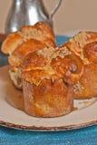 três, cozido recentemente, caseiro, pão de macaco da noz-pecã do mel nos formulários de papel foto de stock royalty free
