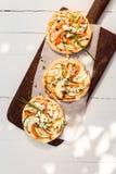 Três cozinharam mini pizzas deliciosas do vegetariano Fotografia de Stock