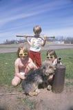 Três crianças com seu cão imagens de stock