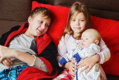Três crianças em casa imagens de stock royalty free