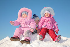 Três crianças na neve Fotos de Stock